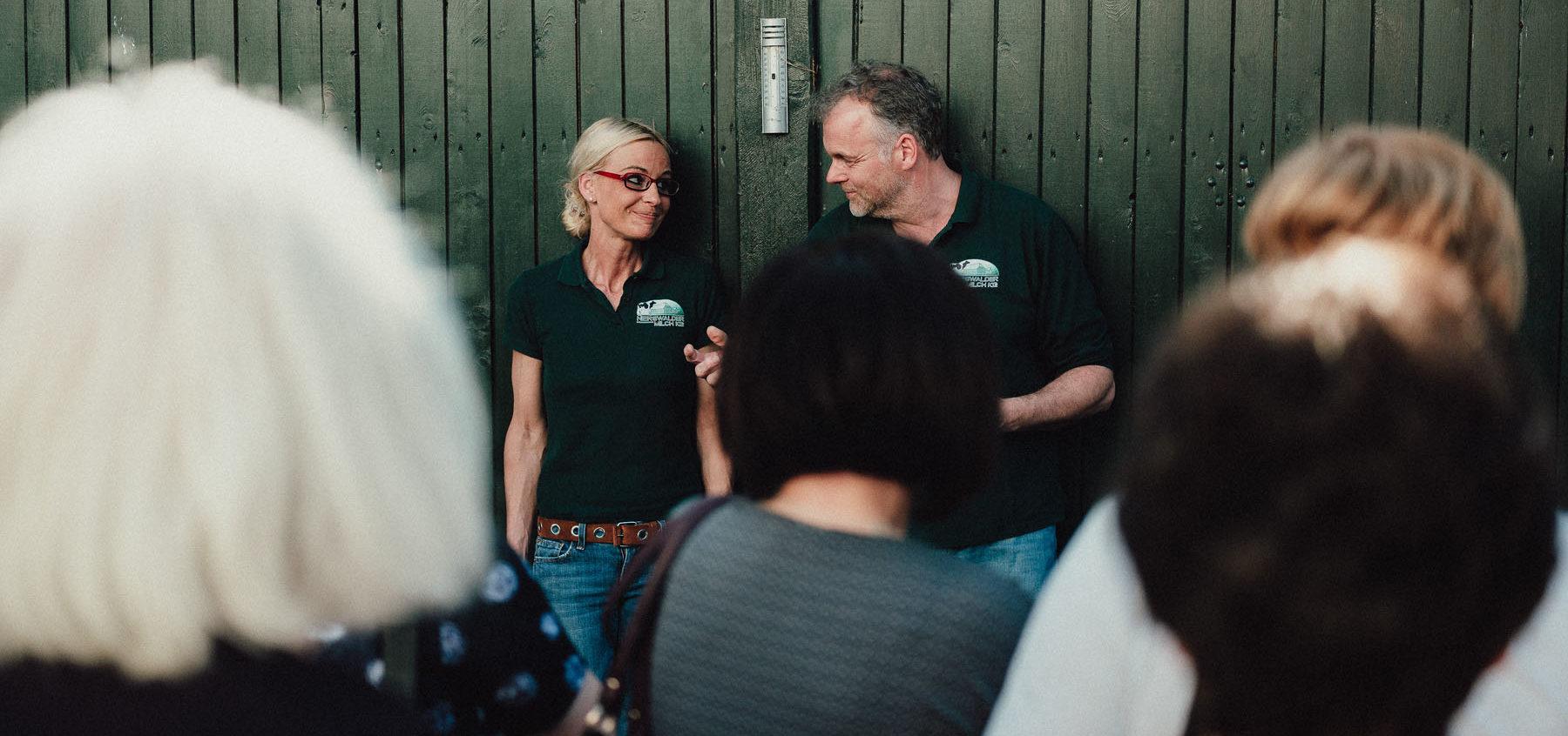 Anette und Reiner Hans bei einer Hofführung